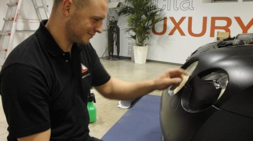 Le pellicole magiche del car wrapping - image tecnico-al-lavoro-500x280 on http://auto.motori.net
