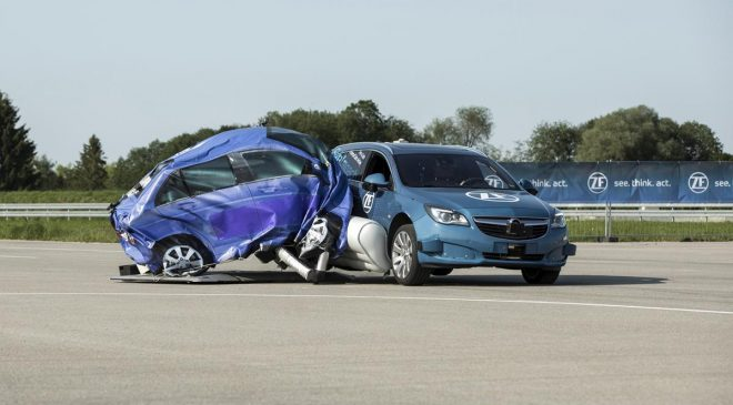 ZF presenta il primo airbag laterale esterno pre-crash - image ZF_SideImpactProtection_pic1397-660x365 on http://auto.motori.net