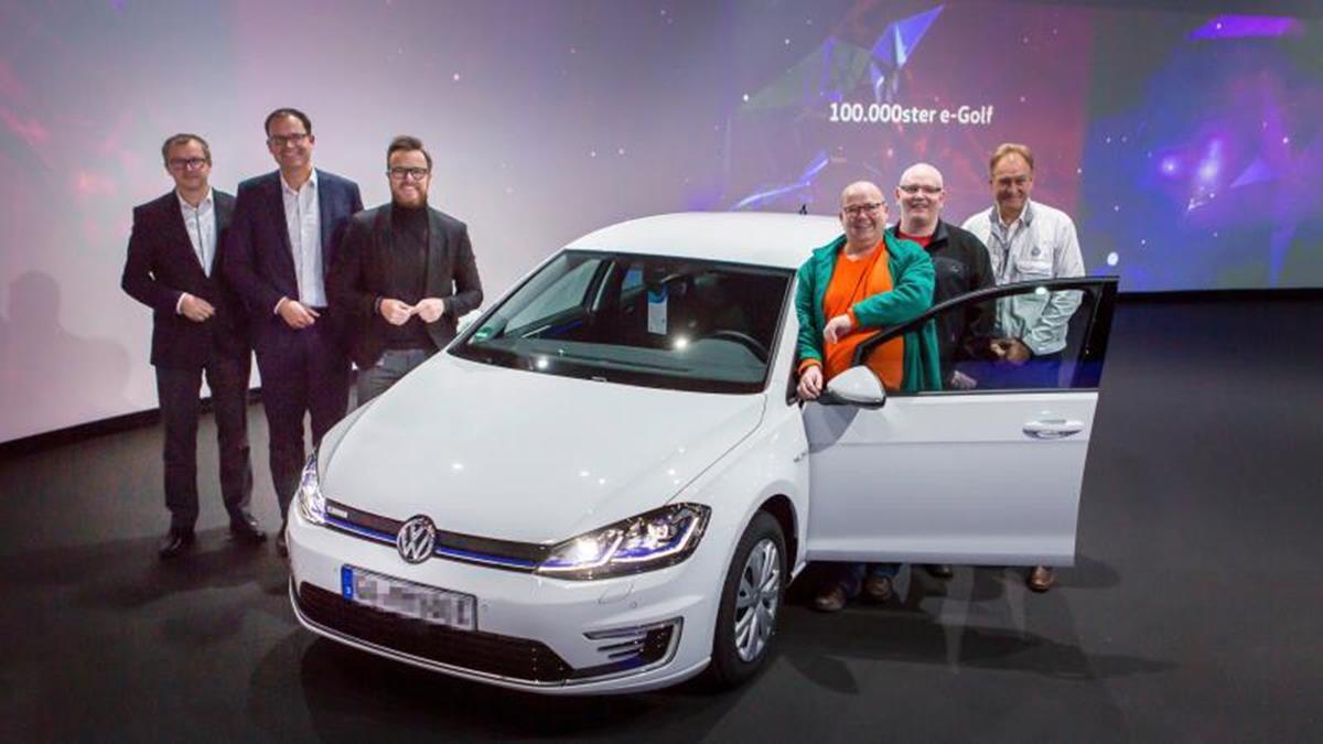 Consegnata la Volkswagen e-Golf numero 100.000 - image Consegnata-la-Volkswagen-eGolf-numero-100000 on http://auto.motori.net