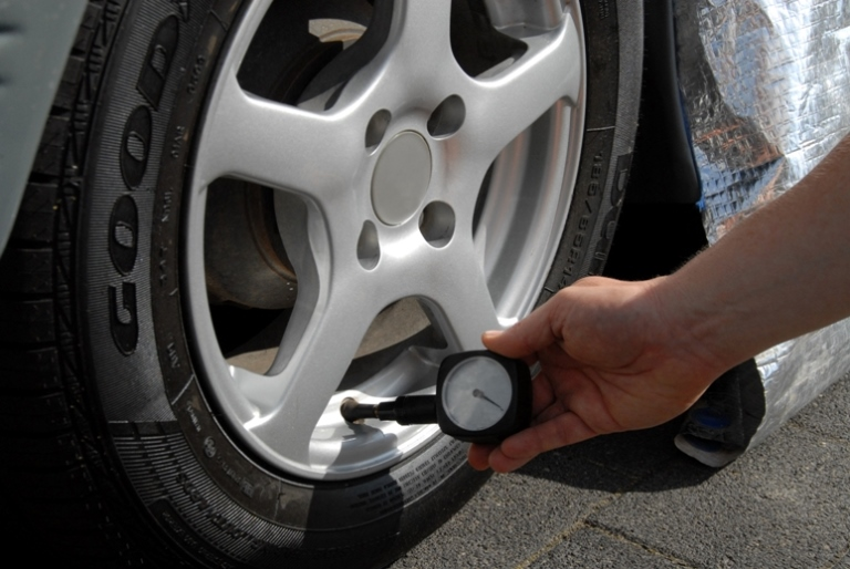 Le pellicole magiche del car wrapping - image Tire-Pressure on http://auto.motori.net