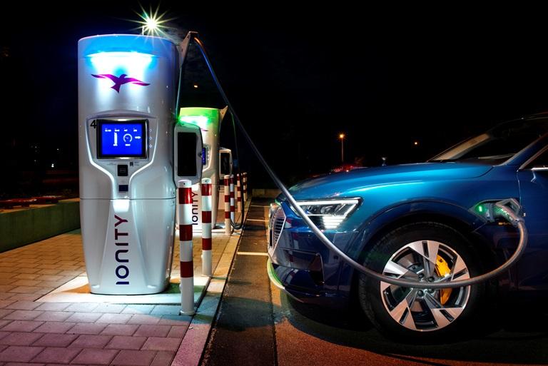 Ti sostituiscono la batteria in 3 minuti e vai… - image Audi-e-tron-55-quattro on http://auto.motori.net