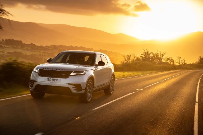 Al volante guardi avanti , ma la tua attenzione dov'è? - image Velar-on-road on http://auto.motori.net