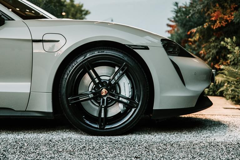 Si chiama e:Progress il primo servizio commerciale di gestione dell'energia con tariffe flessibili per auto elettriche - image Pirelli_Tycan on http://auto.motori.net
