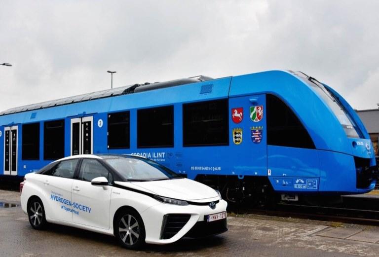 E-ASY Electric per muoversi facilmente in elettrico - image Toyota-Mirai-e-treno on http://auto.motori.net