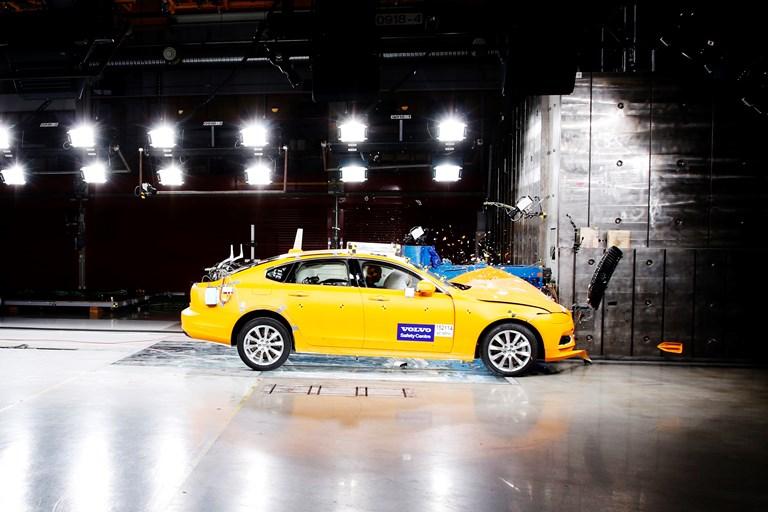 VW Tiguan R da 320 CV ora disponibile in Italia - image Volvo_S90_IIHS_Small_Overlap_Test on http://auto.motori.net