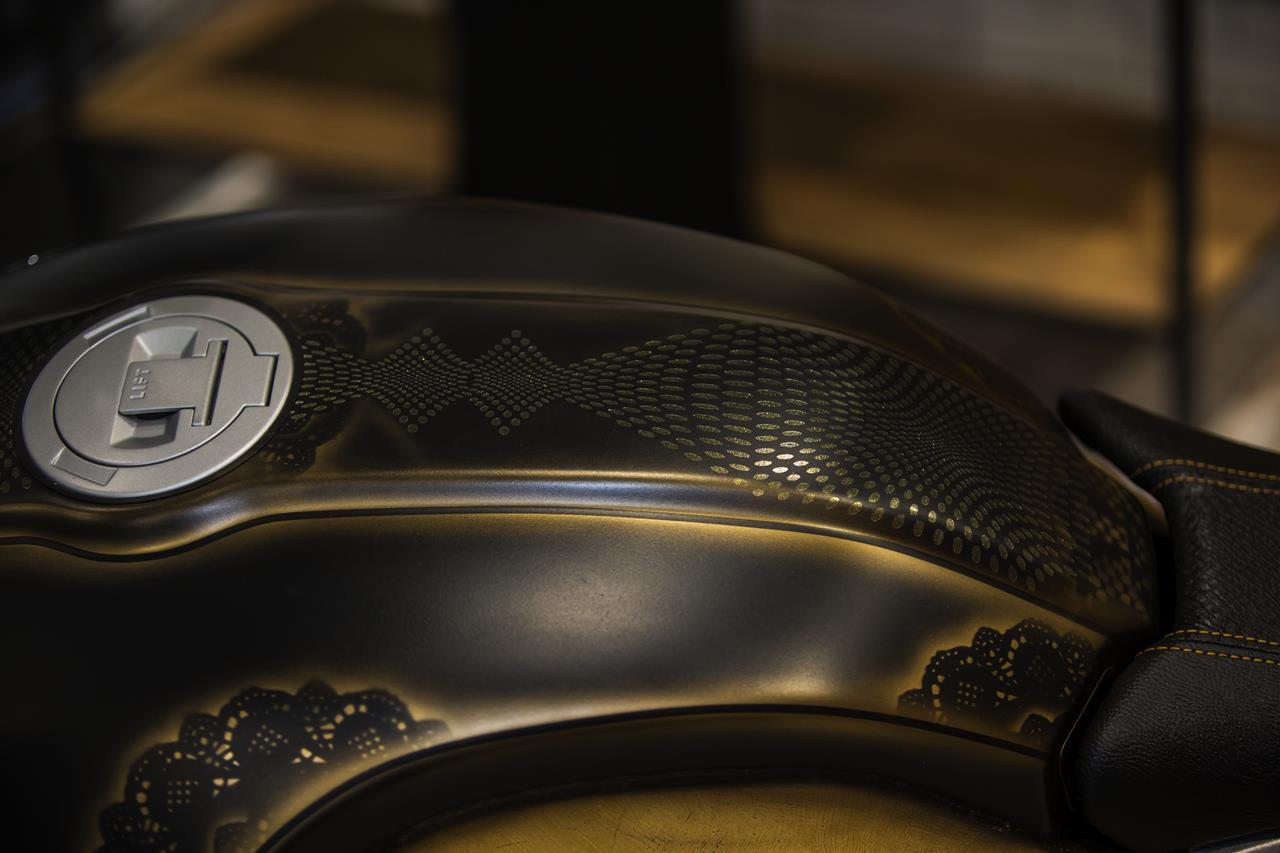 BMW R nineT si veste di tatuaggi - image 001292-000022193 on http://moto.motori.net