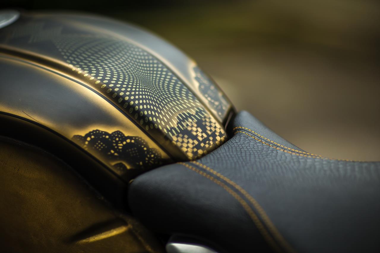 BMW R nineT si veste di tatuaggi - image 001292-000022197 on http://moto.motori.net
