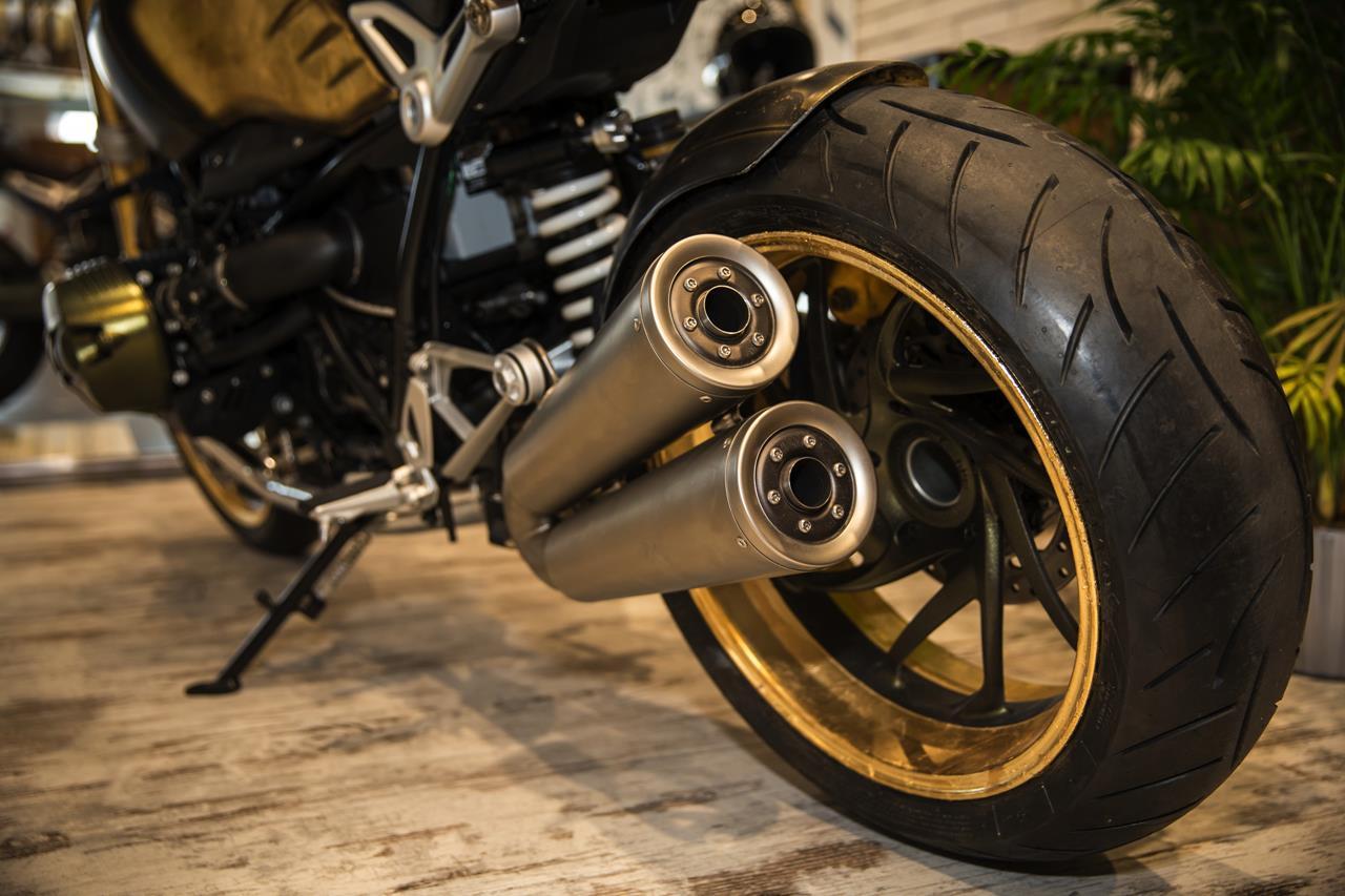 BMW R nineT si veste di tatuaggi - image 001292-000022200 on http://moto.motori.net