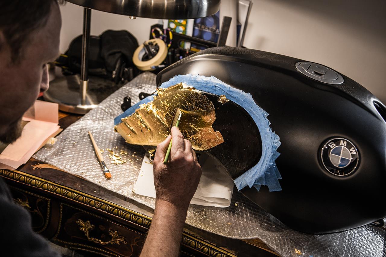 BMW R nineT si veste di tatuaggi - image 001292-000022203 on http://moto.motori.net