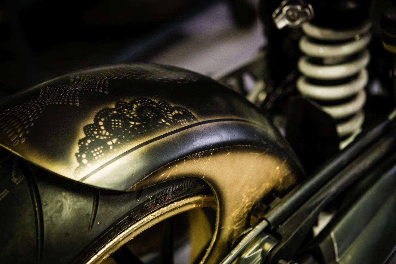 BMW R nineT si veste di tatuaggi - image 001292-000022206 on http://moto.motori.net