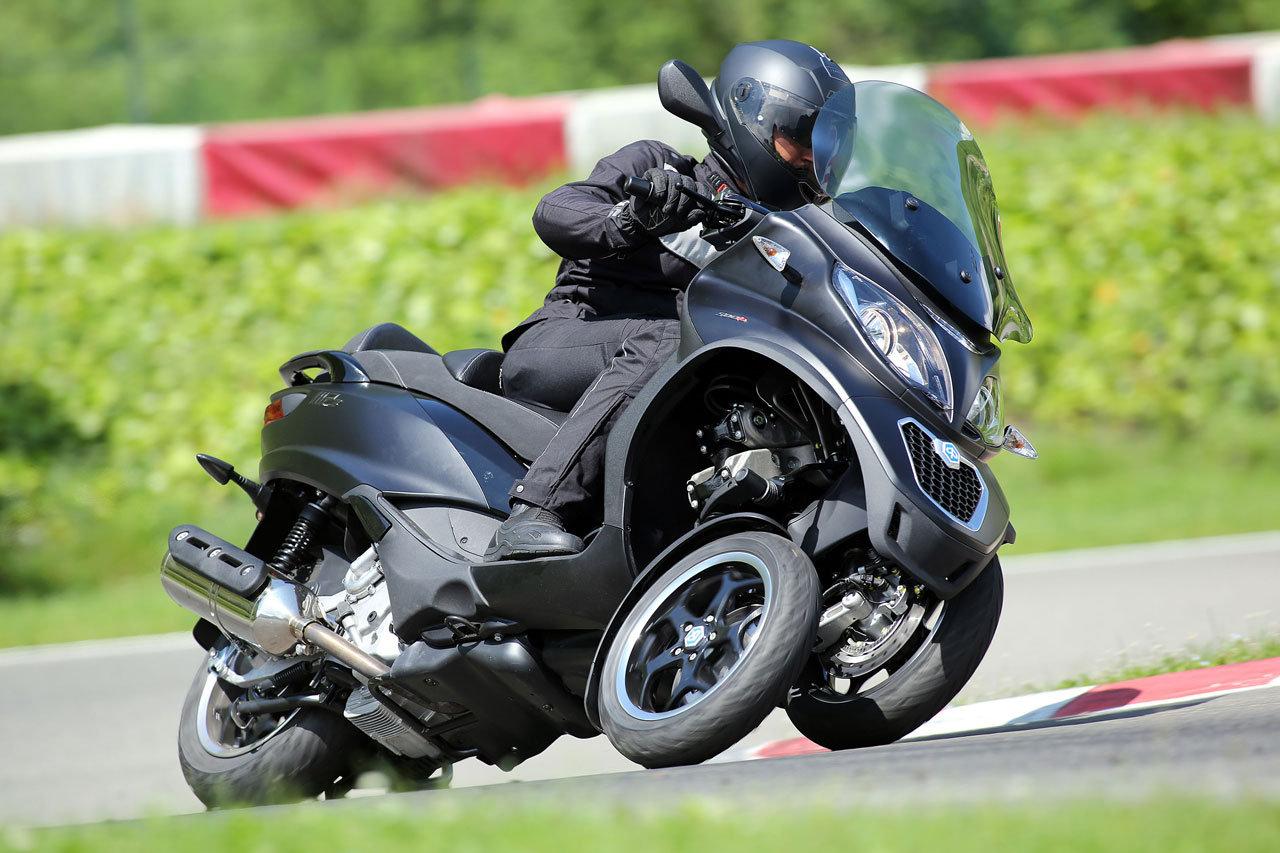 Yamaha e Rossi consegnano la speciale YZF-R1 Replica al vincitore di Charitystars - image 000042-000010184 on http://moto.motori.net