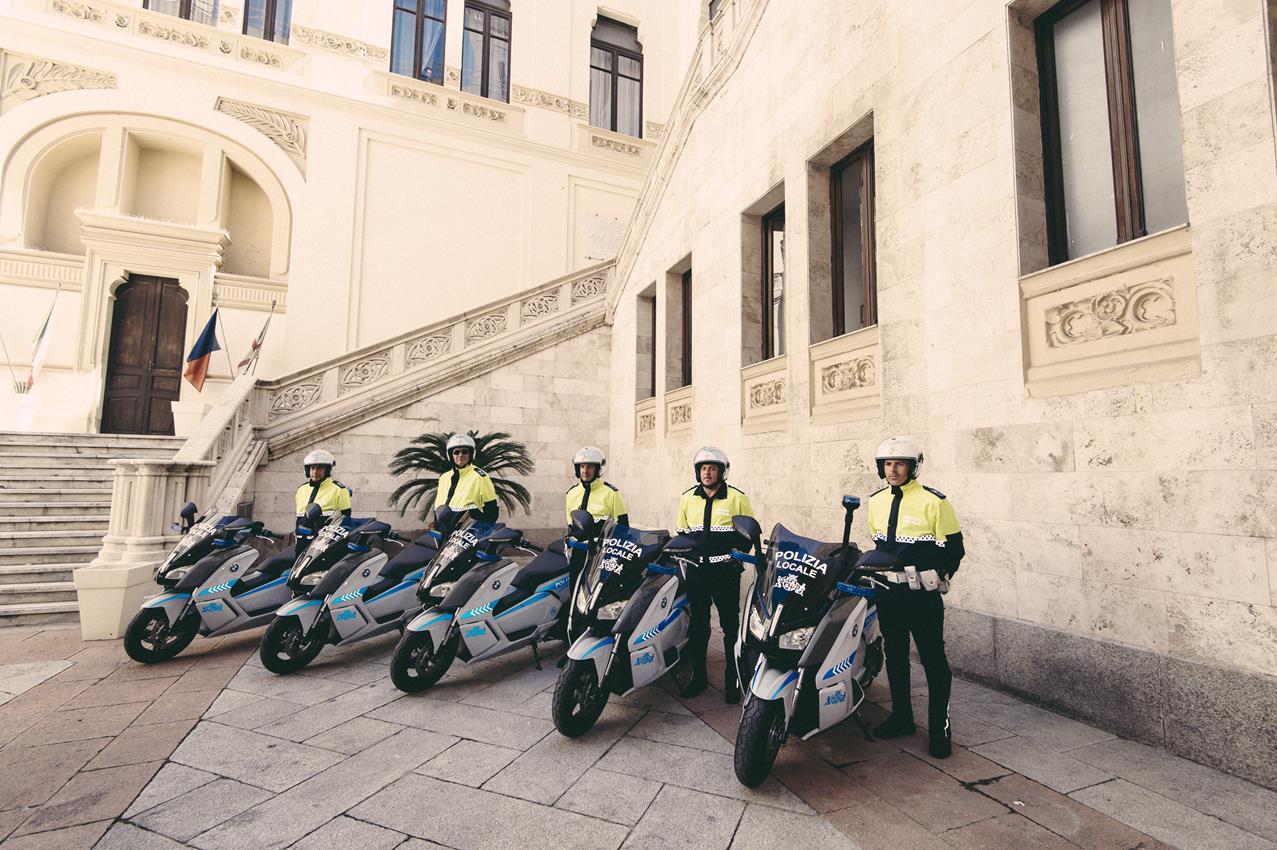 Yamaha e Rossi consegnano la speciale YZF-R1 Replica al vincitore di Charitystars - image 001248-000021724 on http://moto.motori.net