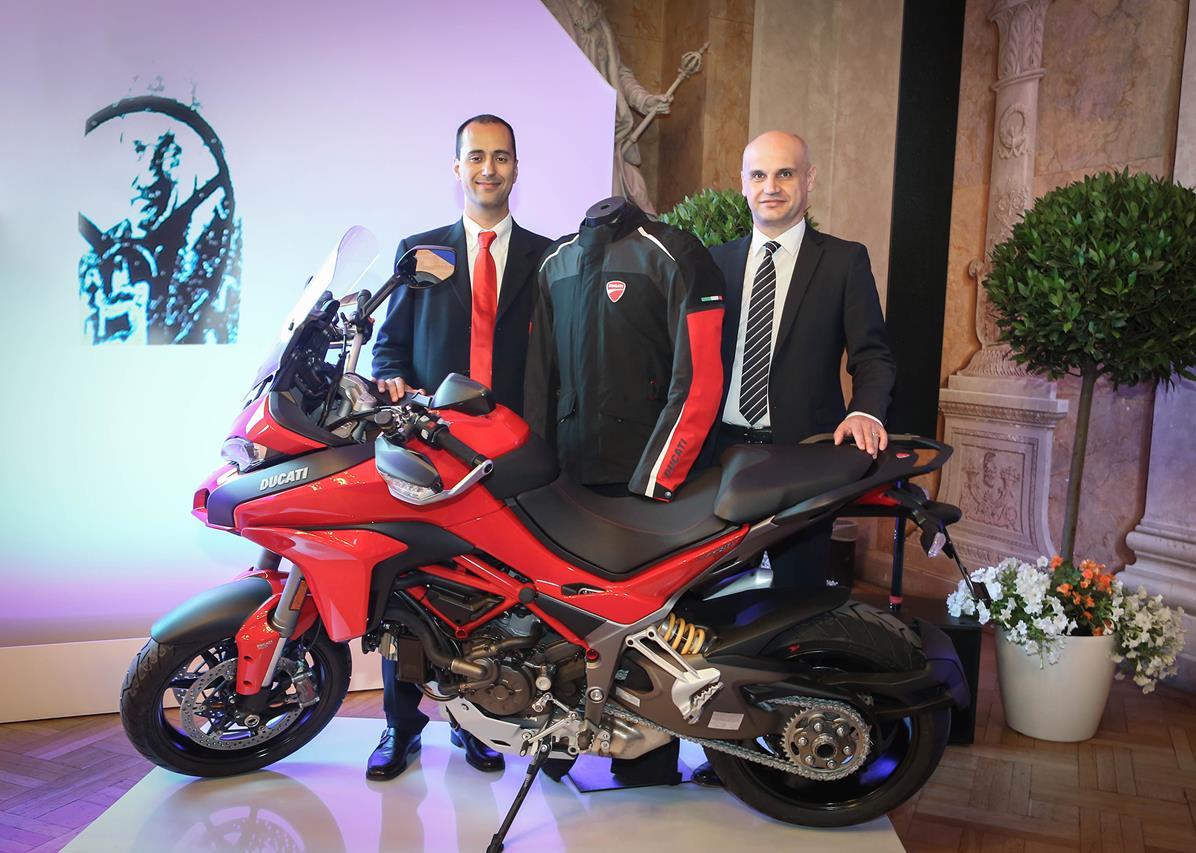 Yamaha e Rossi consegnano la speciale YZF-R1 Replica al vincitore di Charitystars - image 001320-000022421 on http://moto.motori.net