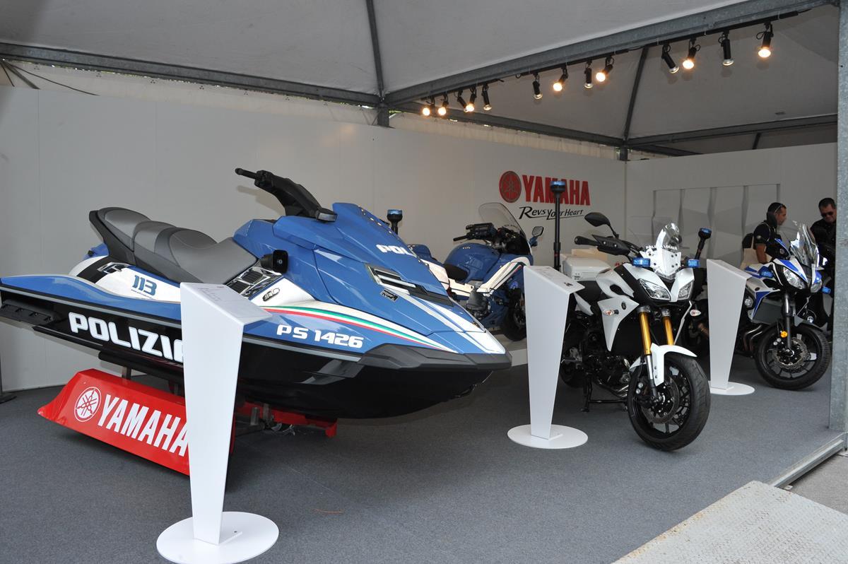 Yamaha e Rossi consegnano la speciale YZF-R1 Replica al vincitore di Charitystars - image 009476-000104166 on http://moto.motori.net
