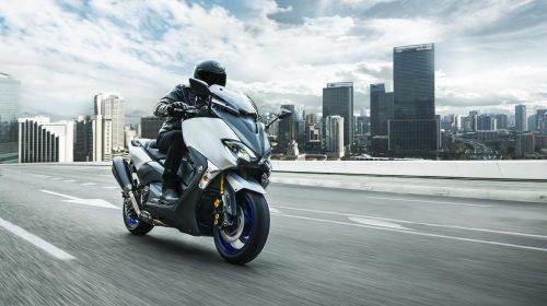T-MAX Sport Edition: disponibile da aprile nelle concessionarie ufficiali Yamaha - image 2018_yam_xp500sxse_eu_ms1_act_002-58790-59172-500x280 on http://moto.motori.net