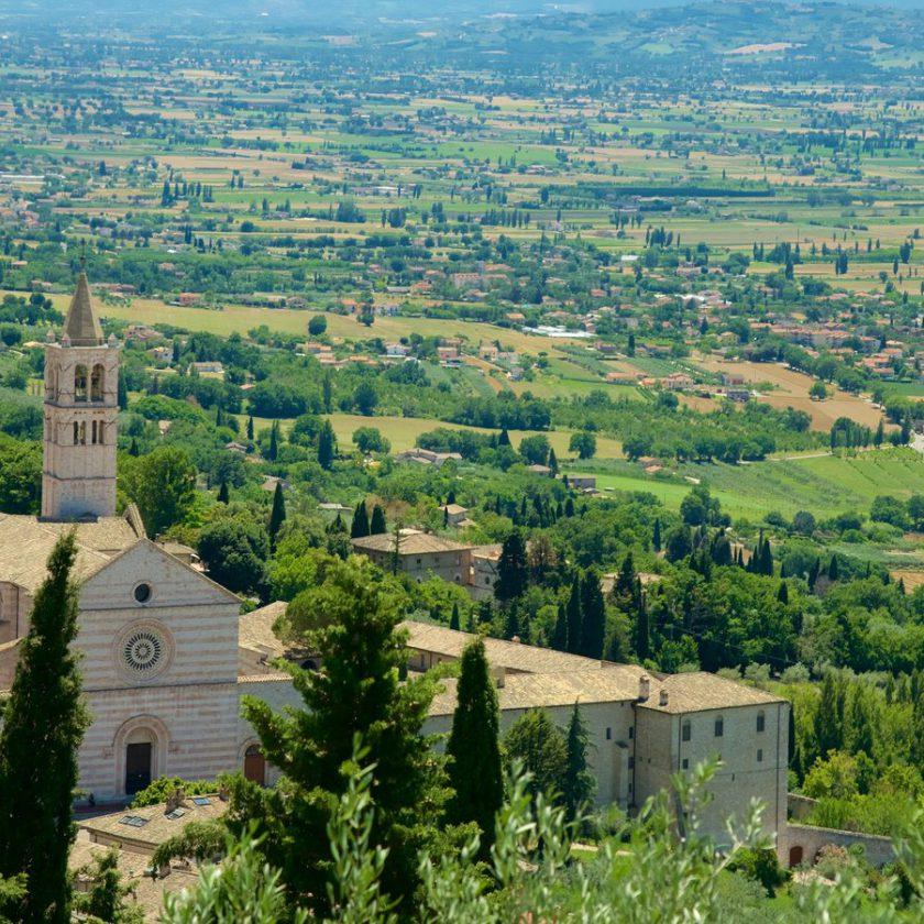 In viaggio con la Suzuki Vitara tra le dolci colline del Chianti - image 158448-Basilica-Of-Santa-Chiara-840x840 on https://motori.net