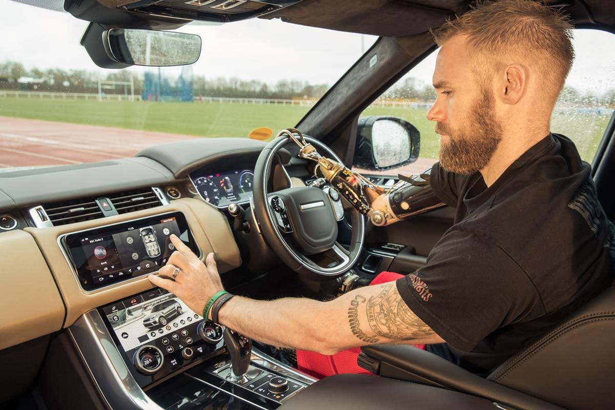 Jaguar Land Rover facilita l'accesso a bordo - image Image-2_Mark-Ormrod_interno-RR-Sport_Automatic-door on https://motori.net