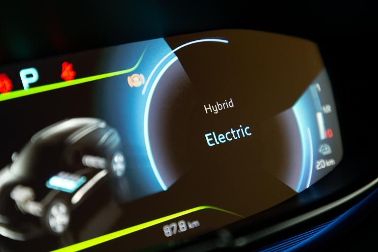 Dacia Spring rivoluzione elettrica - image LE-4-MODALITA-DI-GUIDA-DEI-PLUG-IN-HYBRID-PEUGEOT-3008-E-508-1 on https://motori.net