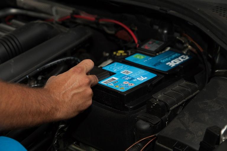 Corretta gestione delle batterie per lunghi periodi di fermo veicolo - image Exide-Technologies-Batteria_ambientata on https://motori.net