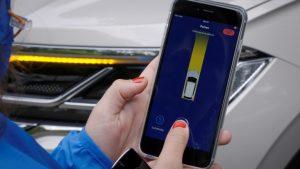 VW Touareg si parcheggia con uno smartphone