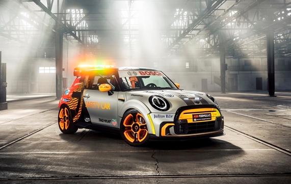 In onore di John Cooper: Mini Anniversary Edition - image mini-electric-pa on https://motori.net