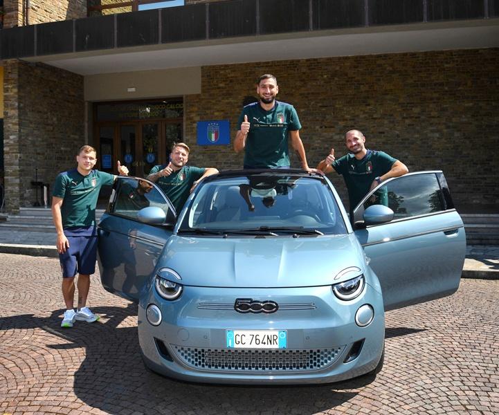 La Nazionale si calcio a bordo della Nuova 500 - image FIAT-500 on https://motori.net