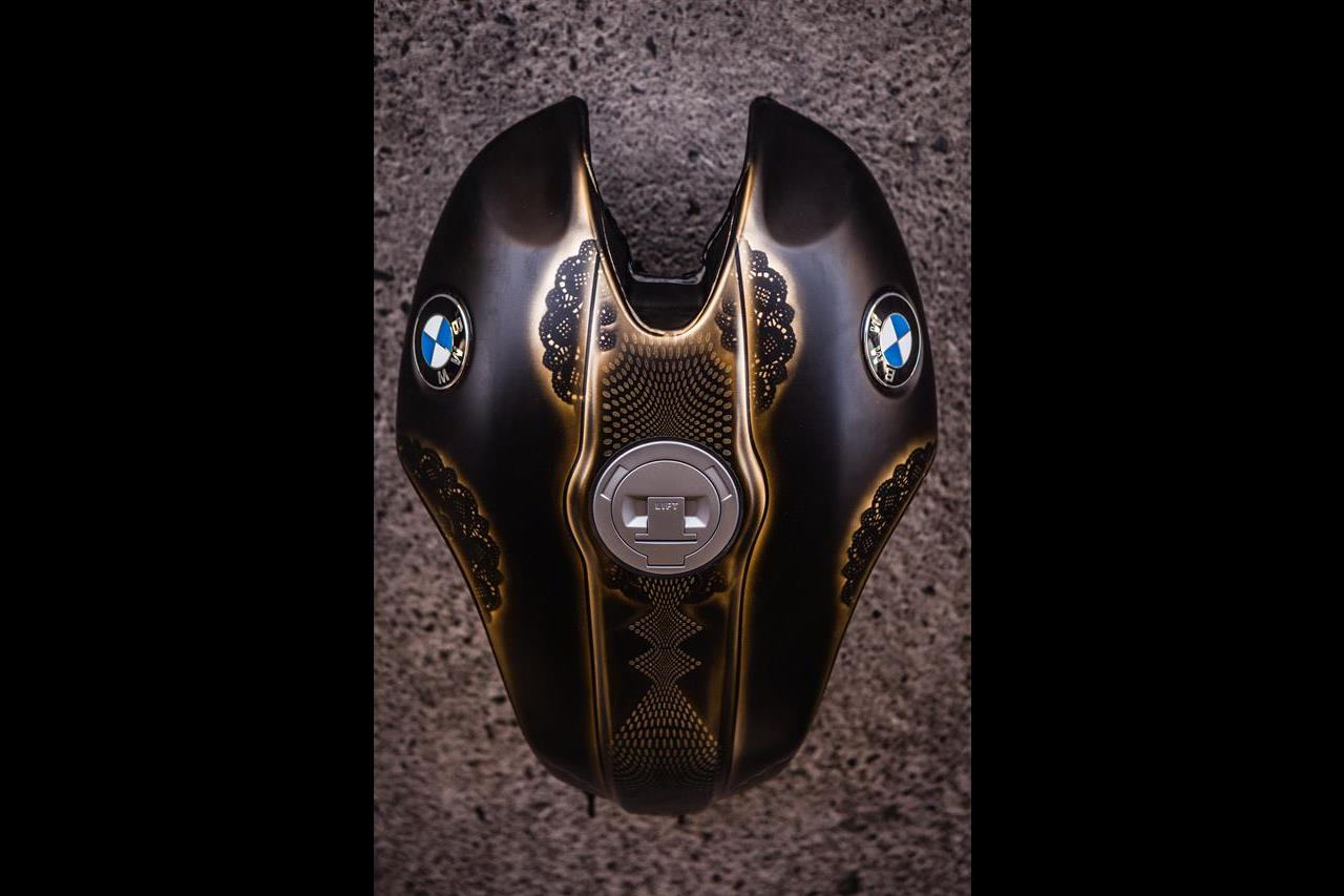 BMW R nineT si veste di tatuaggi - image 001292-000022205 on https://moto.motori.net