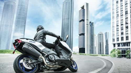 T-MAX Sport Edition: disponibile da aprile nelle concessionarie ufficiali Yamaha - image 2018_yam_xp500sxse_eu_ms1_act_009-58858-59174-500x280 on https://moto.motori.net